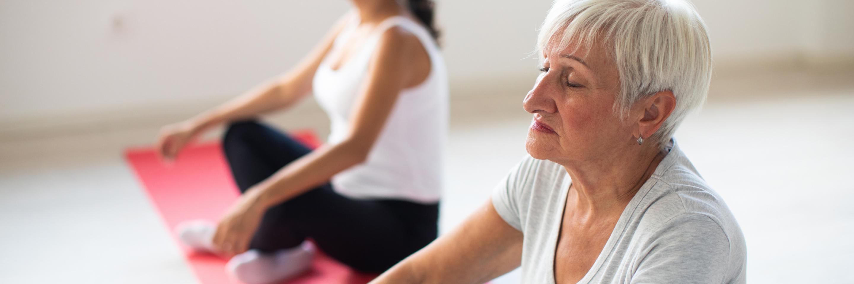 Frauen bei entspannenden Atemübungen