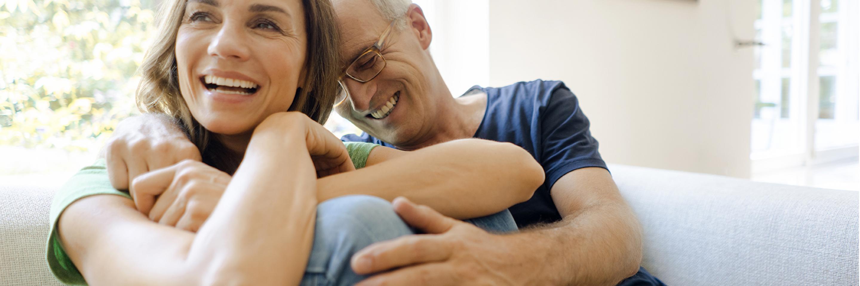Lachendes Paar auf der Couch