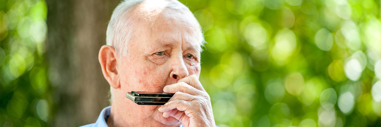 Mann mit Mundharmonika