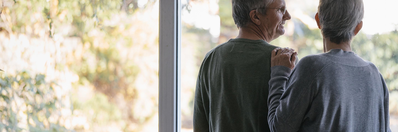 Paar steht am Fenster
