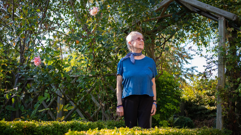 Ältere Dame in der Natur