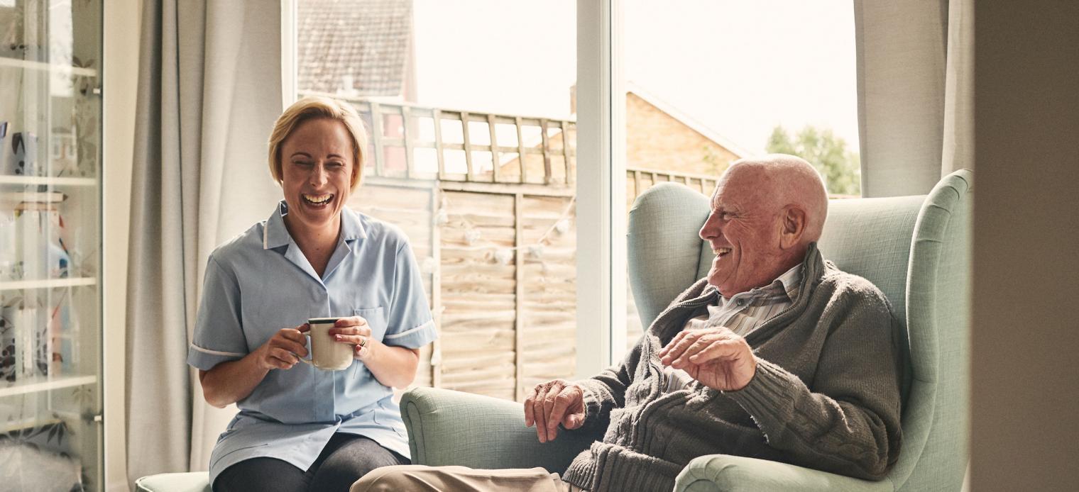 Entspannter Patient mit Pflegeperson