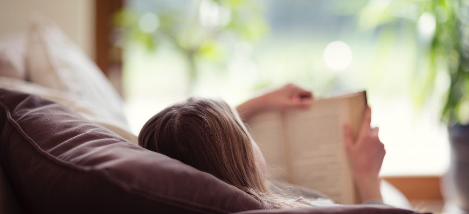 Frau beim Lesen