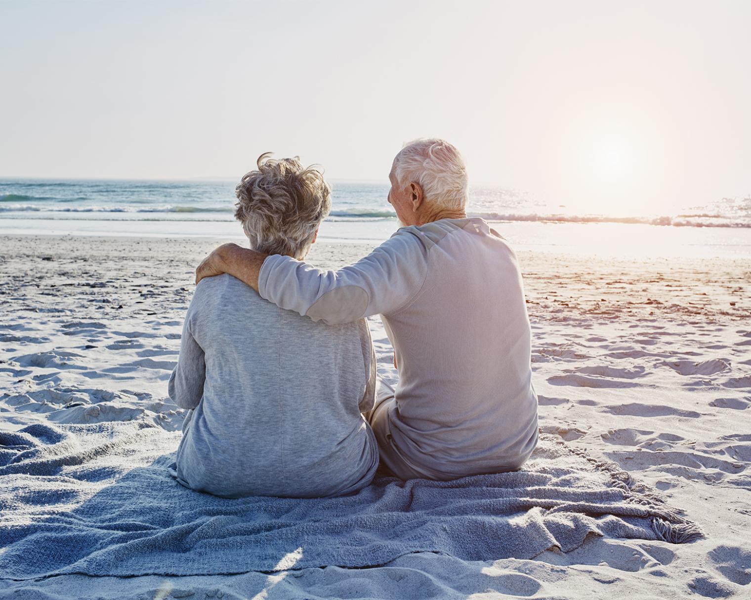 Älteres Paar am Strand