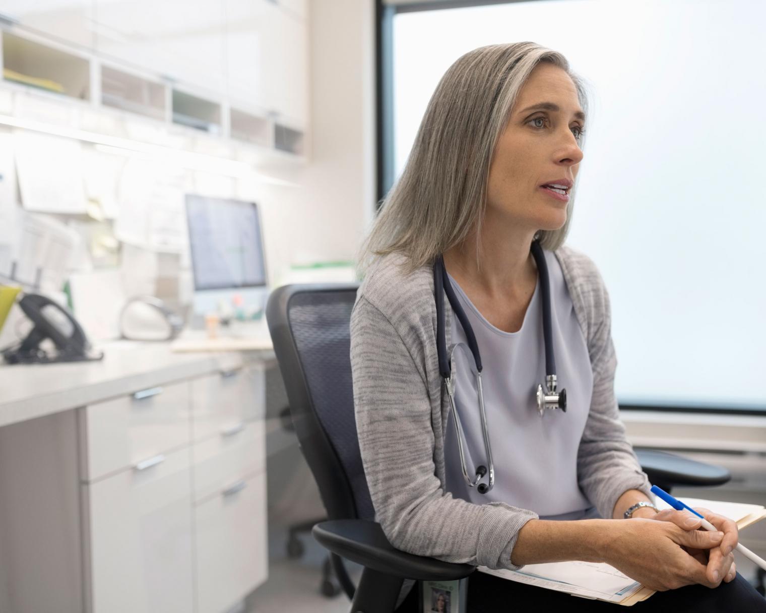 Ärztin bei Diagnosestellung