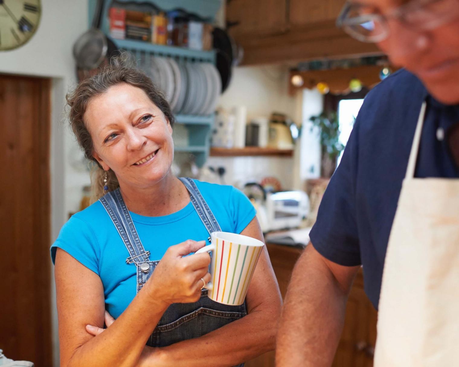 Frau mit Mann in der Küche