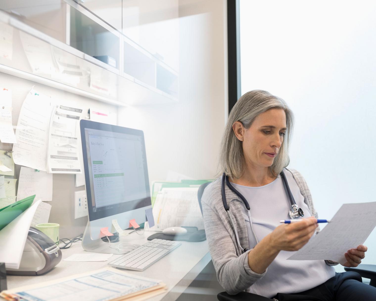 Ärztin beim Überprüfen der Werte