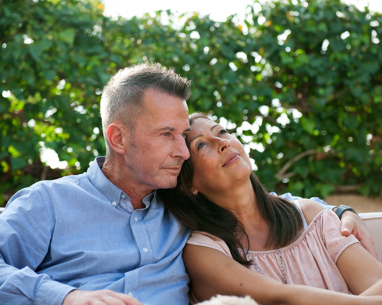 Inniges Paar im Garten