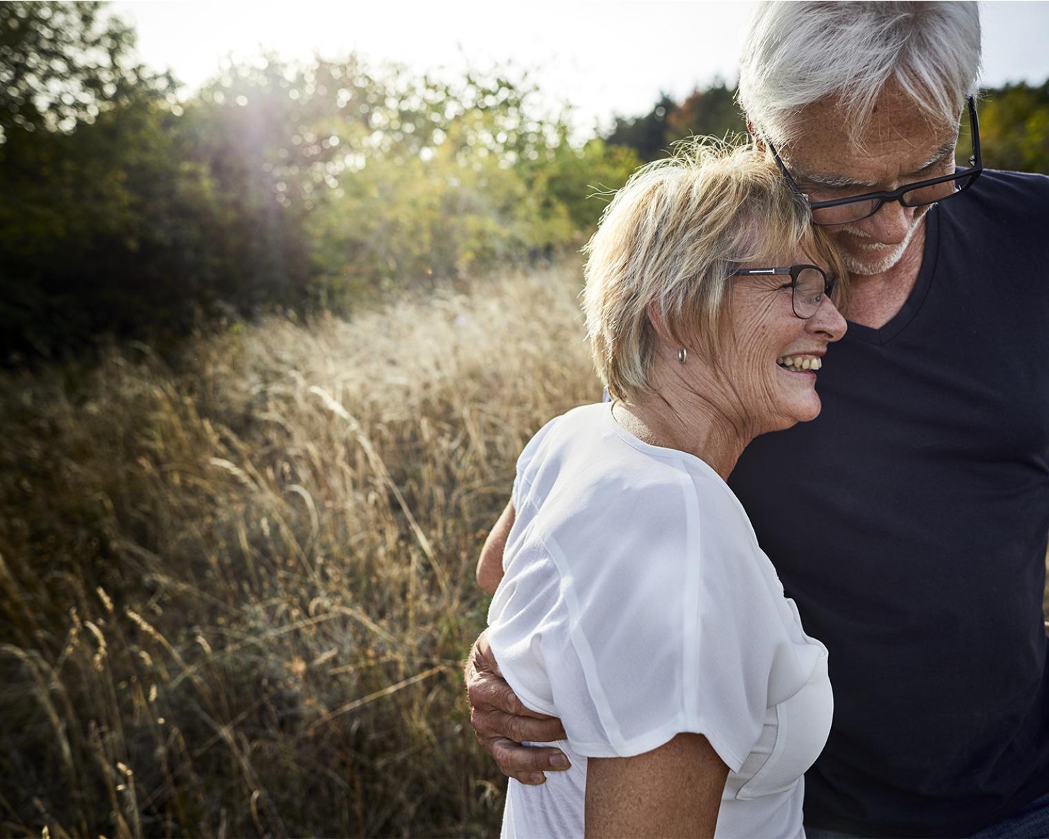Glückliches Paar auf einem Feld