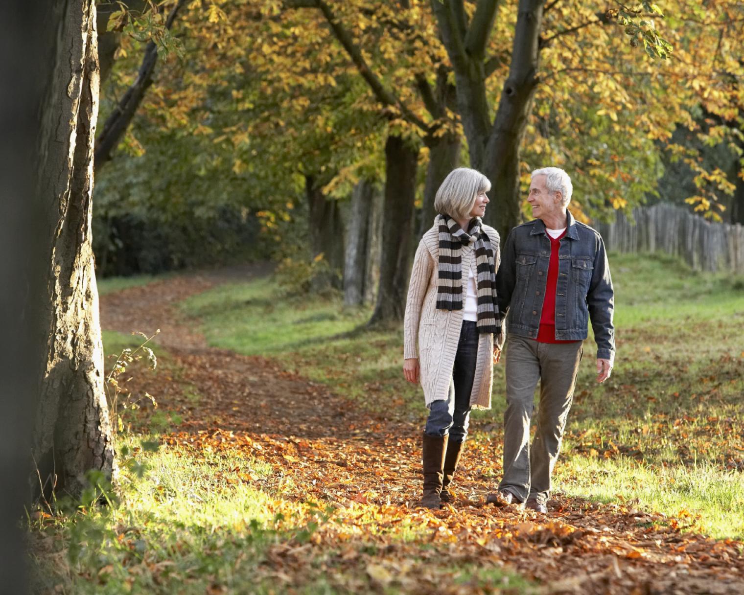 Paar im Herbst beim Spaziergang