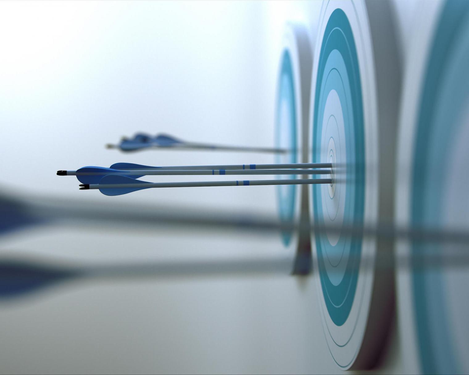 Zielscheiben mit Pfeilen in der Mitte